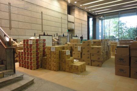 県議会庁舎ロビーに仮置きされた災害支援物資