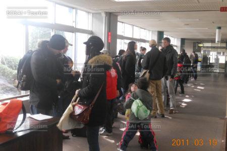 仙台市役所に集まった帰国する在留外国人