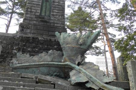 仙台城本丸跡の崩落した金鵄像と昭忠碑(仙台市青葉区)